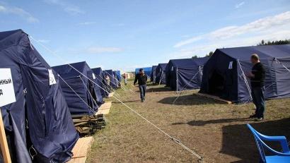 За сутки в Суре было поставлено более пятидесяти палаток, в каждой из которых устраивается по 10-12 человек