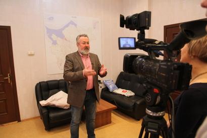Александр Потехин дает интервью котласскому телевидению.