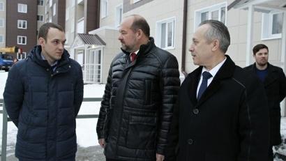 Игорь Орлов осмотрел новостройку, возведённую по программе расселения аварийного жилья. Фото пресс-службы администрации Северодвинска