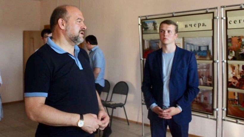 Губернатор Игорь Орлов и глава Пинежского района Александр Чечулин обсуждают возможности перевода центра допообразования в новое здание