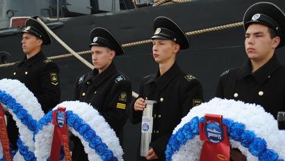 В рамках акции будущие моряки по старой флотской традиции спустят на воду венки