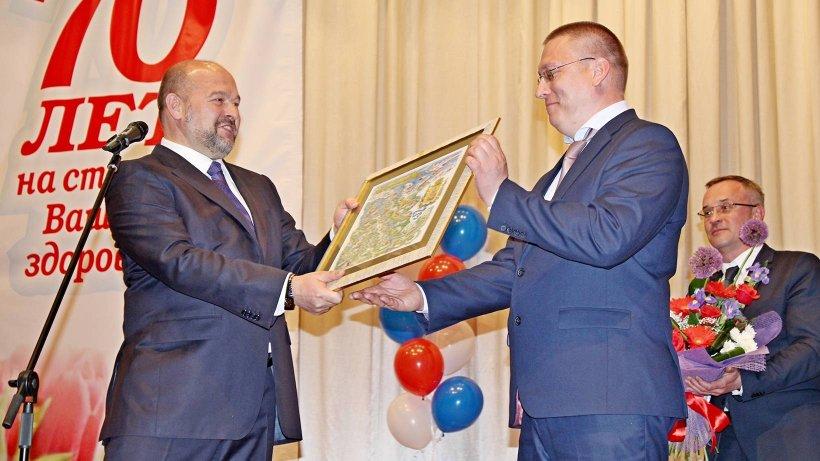 Поздравления и подарок коллективу больницы – от губернатора Поморья