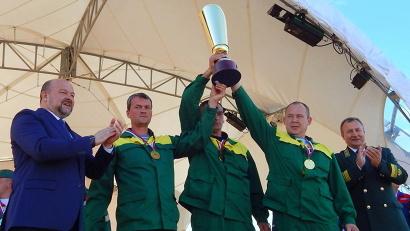 Награды победителям вручают врио губернатора Игорь Орлов и министр природных ресурсов и ЛПК Сергей Шевелёв