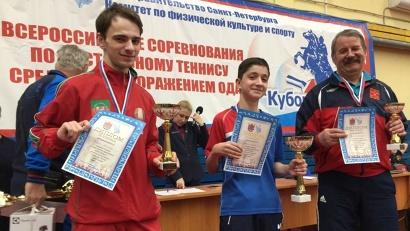 Арутюн Асланян (в центре) с заслуженной наградой