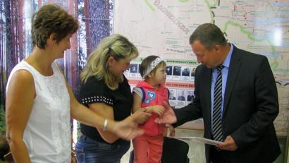 Министр природных ресурсов и ЛПК Сергей Шевелёв вручает награду Саше Копыловой