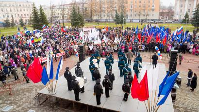 На площади перед областным драмтеатром собралось больше тысячи человек
