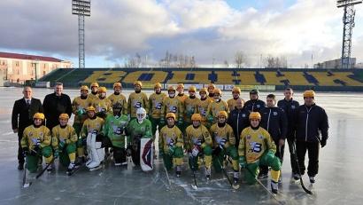 Руководитель агентства по спорту Андрей Багрецов и директор РЦСП «Водник» Роман Клобуков поздравили хоккеистов с успешным началом сезона