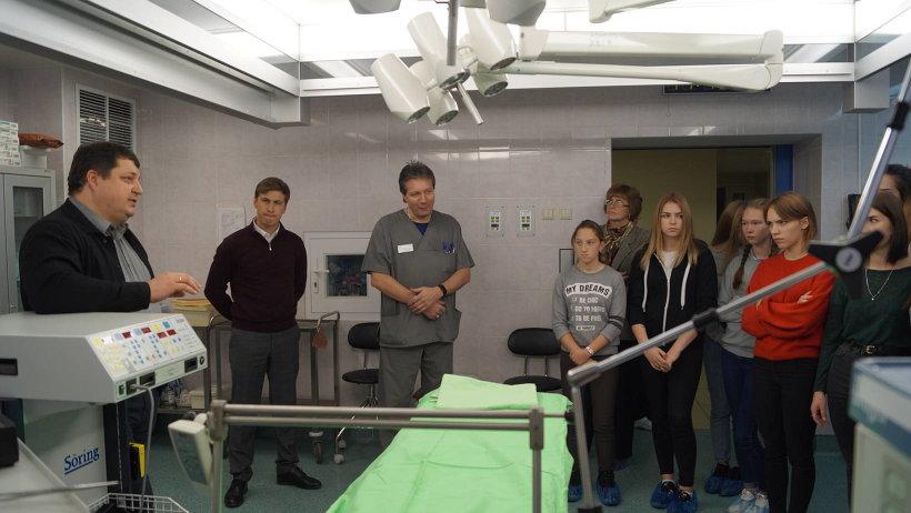 Участники экскурсии в операционной