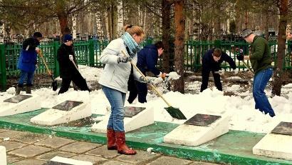 После уборки на каждую из памятных плит активисты возложили венки