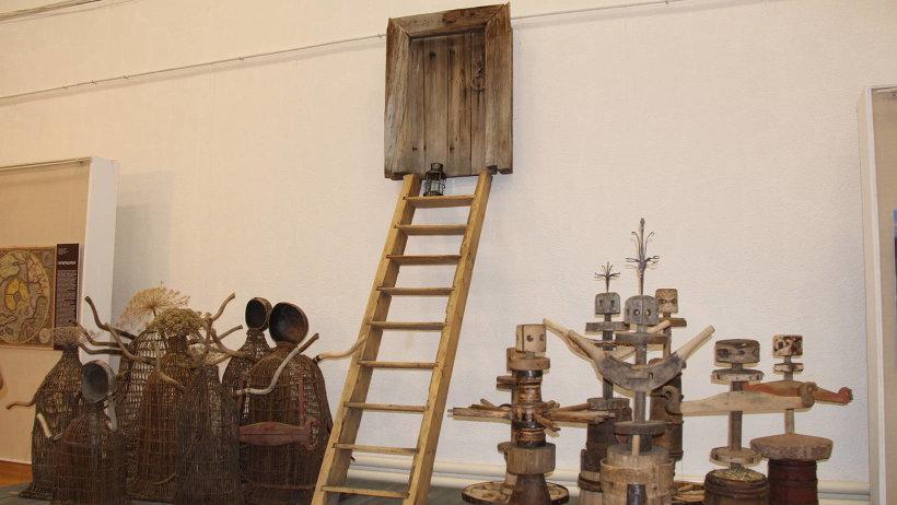 Впервые художник представил арт-объекты из предметов хозяйской утвари