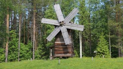 Мельница-столбовка в музее «Малые Корелы»
