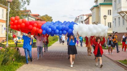 В День флага молодёжь устроила шествие по проспекту Чумбарова-Лучинского с огромным триколором из шаров