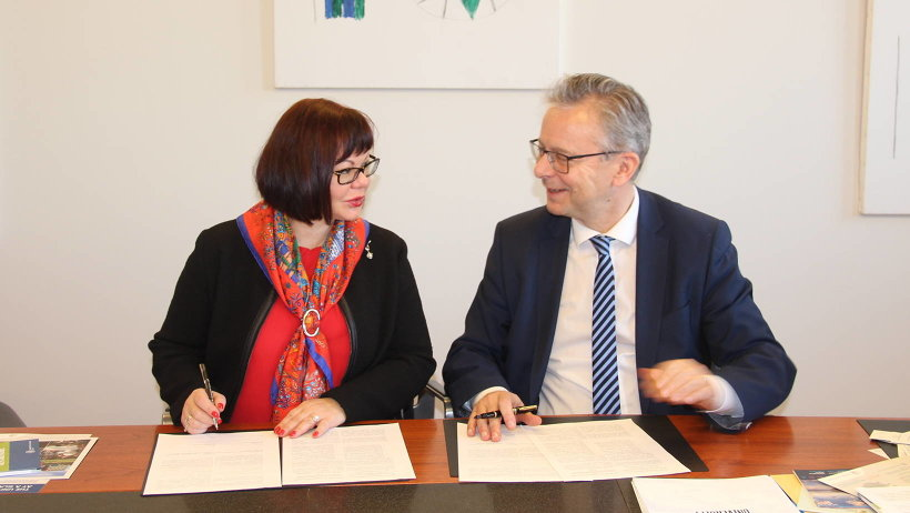 Елена Кудряшова и ректор Исландского университета Йон Атли Бенедиктссон подписали соглашение о сотрудничестве