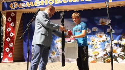 Игорь Орлов вручил Евгению Станиславскому комплект рыболова-спортсмена