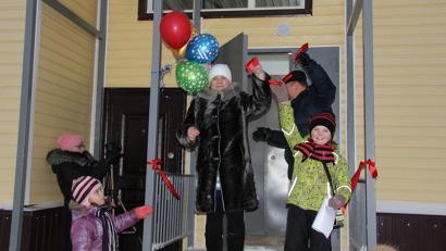 Жители новостройки получили заветные ключи. Фото газеты «Звезда»