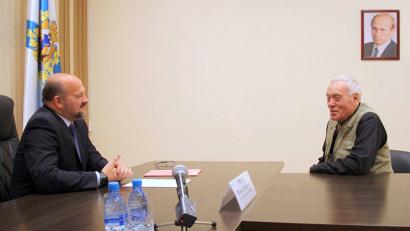 Художник-ювелир Юрий Моисеев рассказал главе региона об идее создание творческой мастерской