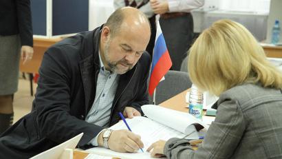 Игорь Орлов прибыл на избирательный участок сразу после его открытия. Фото Юлии Ершовой