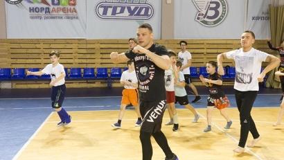 На встречу с многократным победителем турниров в России и за рубежом пришли более пятидесяти юных спортсменов, занимающиеся единоборствами