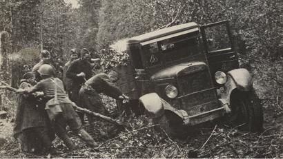 «Трёхтонка» ЗИС-5 пробивается лесной  дорогой