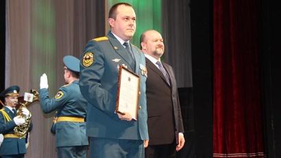 Игорь Орлов вручил отличившимся сотрудникам региональные награды