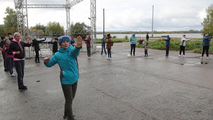 Перед тем, как выйти на дистанцию, онежане провели подготовительную зарядку. Фото: газета «Онега»