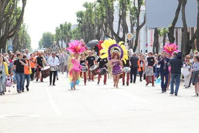 Праздник начался с карнавального шествия и традиционного парада колясок