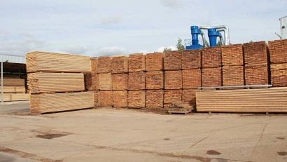 Ежегодный объём переработанной продукции предприятия составляет три тысячи квадратных метров строганого погонажа