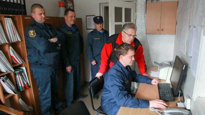 Александр Уваров высоко оценил готовность пожарных подразделений к выполнению служебных задач. Фото Центра обеспечения мероприятий гражданской защиты