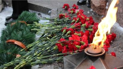 Участники митинга возложили цветы на «Площади памяти» и зажгли поминальные свечи