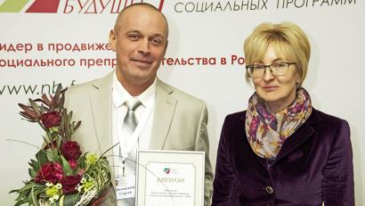 Директор фонда «Наше будущее» Наталья Зверева вручила диплом лауреата конкурса вельскому бизнесмену Сергею Пятовскому