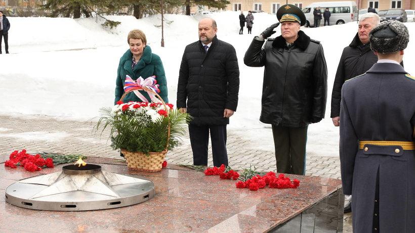 Рабочая поездка губернатора в Мирный началась с посещения мемориала «Вечный огонь»
