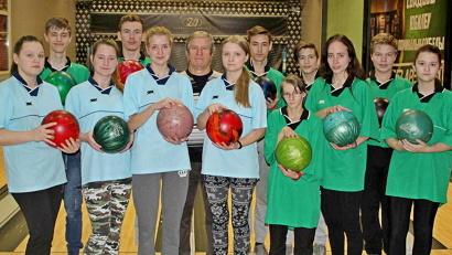 Шесть команд по двенадцать юношей и девушек в каждой оспаривали звание сильнейших в разрядах индивидуального зачета, парах и тройках