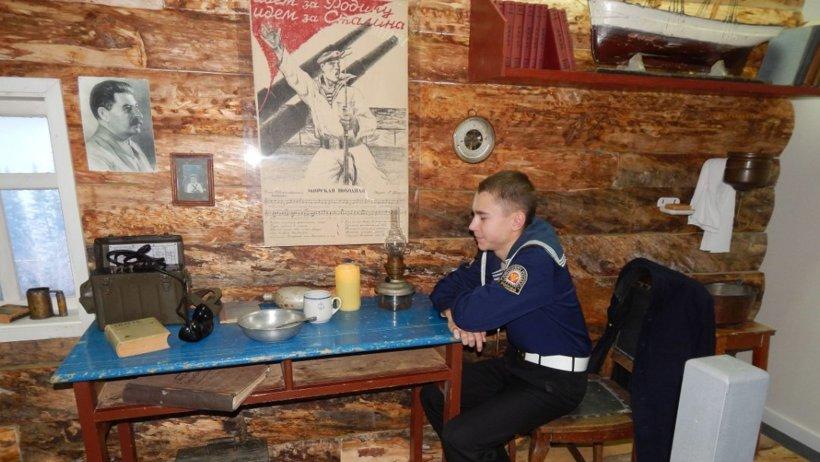Современный юнга в экспозиции прошлого столетия. Фото Архангельского морского кадетского корпуса