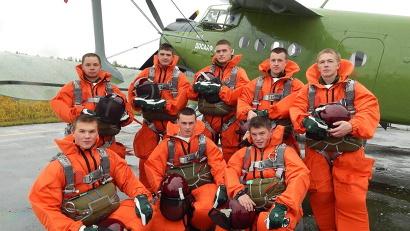 Все восемь ребят отслужили в армии, а значит, подготовлены физически и морально к тяготам работы в лесном спецназе