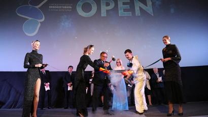 Вместо традиционной красной ленты президент фестиваля Игорь Угольников разбил молотком замороженную азотом, напоминающую холодный лед Арктики