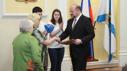 Копии наградных документов губернатор вручил дочке и внучке Фёдора Орехова