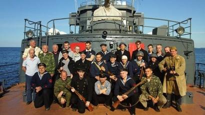 Моряков, отражающих воздушную атаку немцев, сыграли реконструкторы из военно-исторических клубов «Северная Двина» и «Знамя Севера»