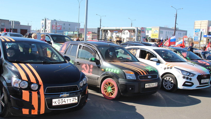 Символика Победы и цвета георгиевской ленточки были на всех автомобилях