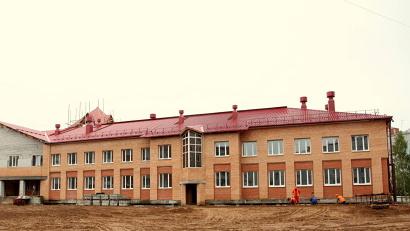 Двухэтажное здание из красного кирпича уже сейчас выглядит внушительно, занимая целый квартал в южной части города