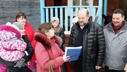 Возле детского сада губернатора окружили неравнодушные представительницы родительского комитета