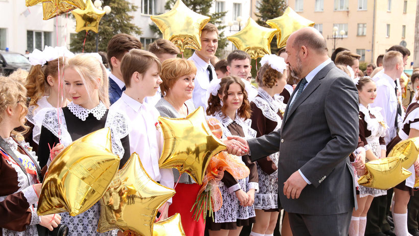 Последний звонок в этом году прозвучал для 195 выпускников пяти школ Мирного. Фото пресс-службы МО «Мирный»