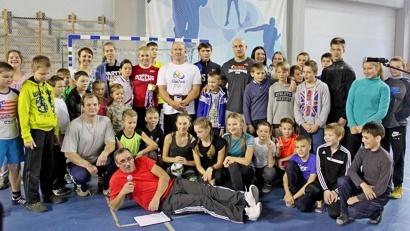 Сразу после тренировки участники «Зарядки с чемпионом» смогли сфотографироваться со знаменитостями