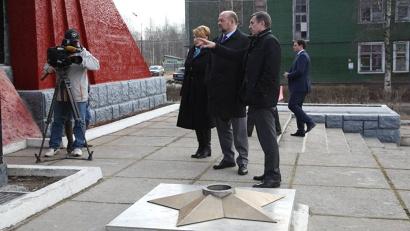 Игорь Орлов и Владимир Белоглазов у памятника новодвинцам, погибшим в годы Великой Отечественной войны