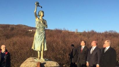 Памятник «Надежда на мир» на берегу исландского Хваль-фьорда