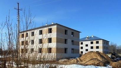 Новостройки в Козьмино уже подведены под крышу. Фото газеты «Маяк»