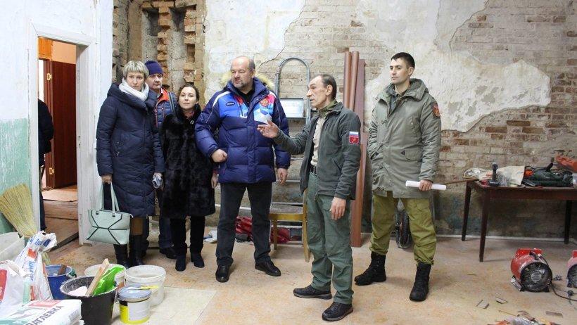 Руководитель зонального центра Олег Катаев показал Игорю Орлову отремонтированное помещение, где расположился штаб ресурсного центра