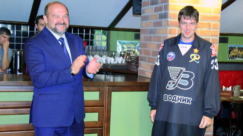 Губернатор вручил новую форму вратарю команды «Водник» Андрею Рейну