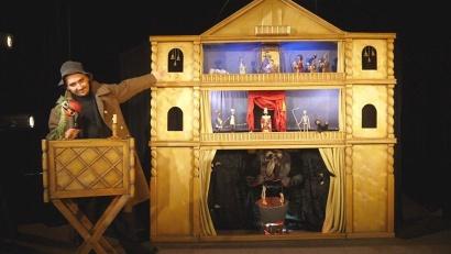 Рождественское представление в двух частях для взрослых зрителей играют в театре почти двадцать лет, и он неизменно пользуется успехом у зрителей