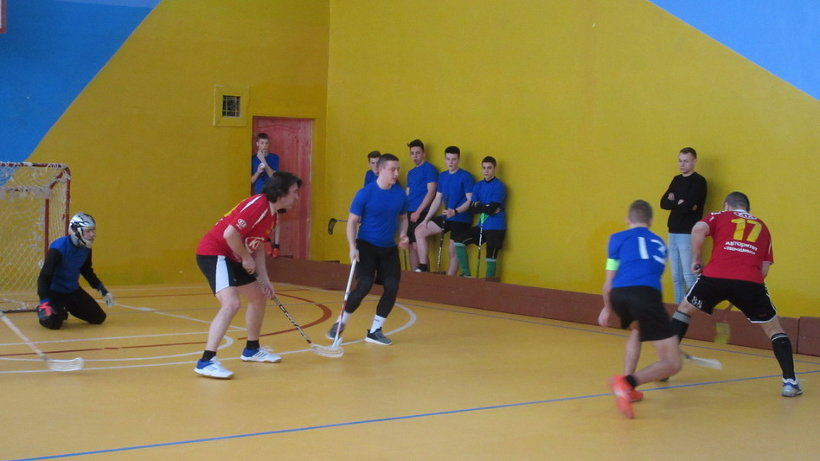 В первый день спартакиады прошли соревнования по флорболу