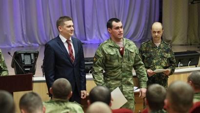 Иван Дементьев вручил спецназовцам почетные грамоты губернатора Архангельской области.